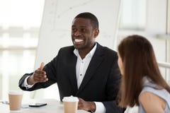 De opgewekte Afrikaanse Amerikaanse werknemer spreekt emotioneel bij zaken me stock foto's