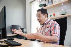 De opgewekte Aziatische zakenman krijgt een overeenkomst stock afbeelding