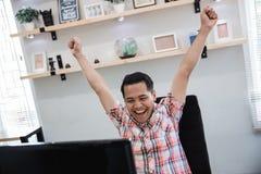 De opgewekte Aziatische zakenman krijgt een overeenkomst stock foto's
