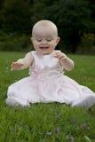 De opgewekte baby ontdekt gras stock afbeeldingen