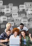De opgewekte bedrijfsmensen met toespraak borrelen bekijkend een computer tegen grijze achtergrond Stock Fotografie