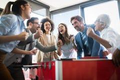 De opgewekte diverse werknemers die van grappige activiteit genieten bij het werkonderbreking, creatieve vriendschappelijke arbei royalty-vrije stock foto's