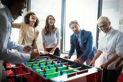 De opgewekte diverse werknemers die van grappige activiteit genieten bij het werkonderbreking, creatieve vriendschappelijke arbei stock fotografie