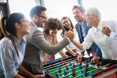 De opgewekte diverse werknemers die van grappige activiteit genieten bij het werkonderbreking, creatieve vriendschappelijke arbei stock afbeeldingen