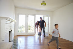De opgewekte Familie onderzoekt Nieuw Huis bij het Bewegen van Dag Stock Afbeeldingen