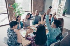 De opgewekte opgetogen managers assoieert beroepskampioenen na brainstorming die de doelstellingen van opleidingsseminaries het g stock afbeelding