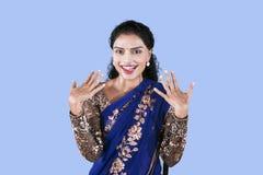 De opgewekte vrouw draagt een blauwe sareekleding op studio royalty-vrije stock foto's