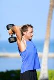De opheffende domoren die van de geschiktheidsmens triceps opleiden stock foto's