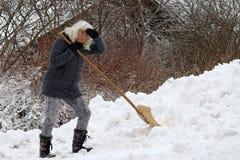 De ophelderingssneeuw is zeer zwaar voor een vrouw Royalty-vrije Stock Foto's