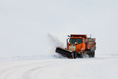 De ophelderingsweg van de sneeuwploeg in de blizzard van het de winteronweer Stock Afbeelding