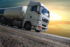 De oplegger van de brandstofvrachtwagen levert brandstof royalty-vrije stock foto