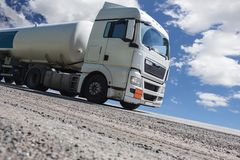 De oplegger van de brandstofvrachtwagen levert brandstof royalty-vrije stock fotografie