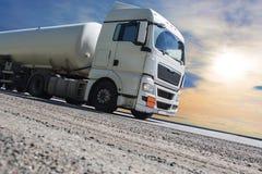 De oplegger van de brandstofvrachtwagen levert brandstof royalty-vrije stock foto's
