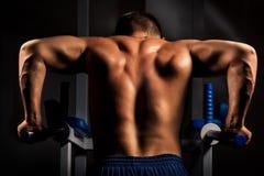 De opleiding van de bodybuilder in duisternis Royalty-vrije Stock Afbeelding