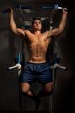 De opleiding van de bodybuilder in duisternis Stock Foto
