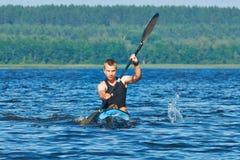 De opleiding van de jonge roeier op de het rennen kajak royalty-vrije stock fotografie