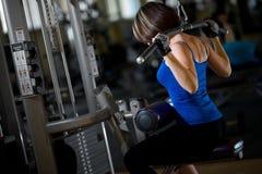 De opleiding van de vrouw in de gymnastiek royalty-vrije stock afbeelding