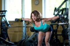 De opleiding van de vrouw in de gymnastiek stock foto