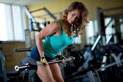 De opleiding van de vrouw in de gymnastiek stock afbeelding