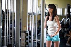 De opleiding van de vrouw in de gymnastiek stock foto's