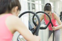 De opleiding van de vrouw in de gymnastiek Stock Afbeeldingen