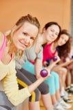 De opleiding van de vrouw met gewichten Royalty-vrije Stock Afbeelding