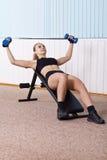 De opleiding van de vrouw voor spier van borst stock foto