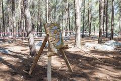 De opleidingsspear stokken uit bij het doel voor wederopbouw bij het leven van de Vikingen - ` Viking Village ` in het bos is dic Royalty-vrije Stock Afbeeldingen