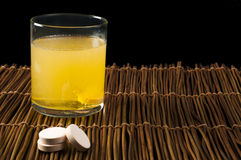 De oplosbare stof van vitaminenpillen in water Stock Fotografie