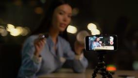 De opnamemake-up van de vrouwenschoonheid blogger opleiding, reclame van cosmetischee producten stock video