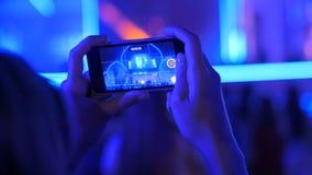 De opnamevideo van het handensilhouet van levend muziekoverleg met smartphone stock video