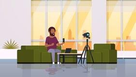 De opnamevideo van de kereltechnologie blogger op de cameramens die nieuwe smartphone functioneel testend modern blogconcept toon stock illustratie