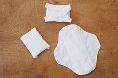 De opnieuw te gebruiken eco natuurlijke stootkussens voor menstruele vlakke dagen, leggen r Eindeplastiek stock afbeeldingen