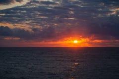 De oppervlakte van de Atlantische Oceaan bij de zomerzonsondergang Stock Foto