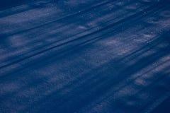 De oppervlakte van de sneeuw met schaduwen Stock Foto
