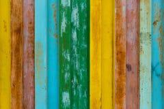 De oppervlakte van duurzaam ijzer is geschilderd met verf in verschillende kleuren, zijn de kleuren van de regenboog geel, rood,  Royalty-vrije Stock Foto's