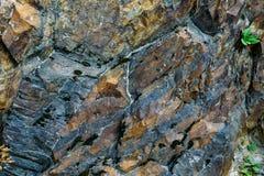 De oppervlakte van een oude rots met barsten De oude wilde achtergrond van de rotstextuur stock foto's