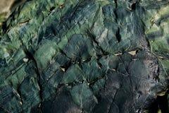 De oppervlakte van een oude rots met barsten De oude wilde achtergrond van de rotstextuur royalty-vrije stock afbeeldingen