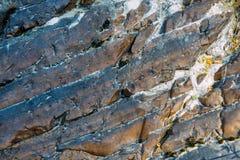 De oppervlakte van een oude rots met barsten De oude wilde achtergrond van de rotstextuur royalty-vrije stock afbeelding