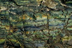 De oppervlakte van een oude rots met barsten De oude wilde achtergrond van de rotstextuur royalty-vrije stock foto's