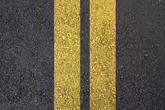 De oppervlakte van het asfalt met gele lijn Stock Foto