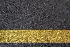 De oppervlakte van het asfalt met gele lijn Stock Afbeelding