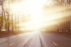 De oppervlakte van de weg wordt verlicht door de stralen van de zon Lang vlot spoor op de weg gewist asfalt stock foto's