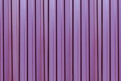 De oppervlakte verticale lijnen van de metaalbasis het donkerrode gegolfte herhalen behandeld met regendruppels stock illustratie