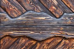 De oppervlakte is zeer geweven van oude geborstelde raad omvat met vlek Donkere bruine houten achtergrond Stock Foto