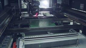 De oppervlakte zet de plaatsencomponenten van de technologie smt machine op een kringsraad op stock video