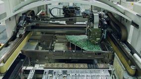 De oppervlakte zet de plaatsencomponenten van de technologie smt machine op een kringsraad op stock videobeelden