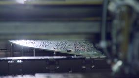 De oppervlakte zet de plaatsencomponenten van de technologie smt machine op een kringsraad op stock footage