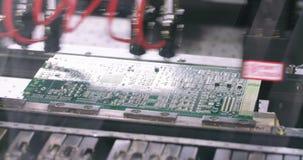 De oppervlakte zet van de Machineplaatsen van Technologiesmt de weerstanden, de condensatoren, de transistors, leiden en de geïnt stock videobeelden
