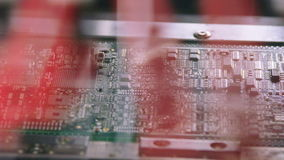 De oppervlakte zet van de Machineplaatsen van Technologiesmt de weerstanden, de condensatoren, de transistors, leiden en de geïnt stock video
